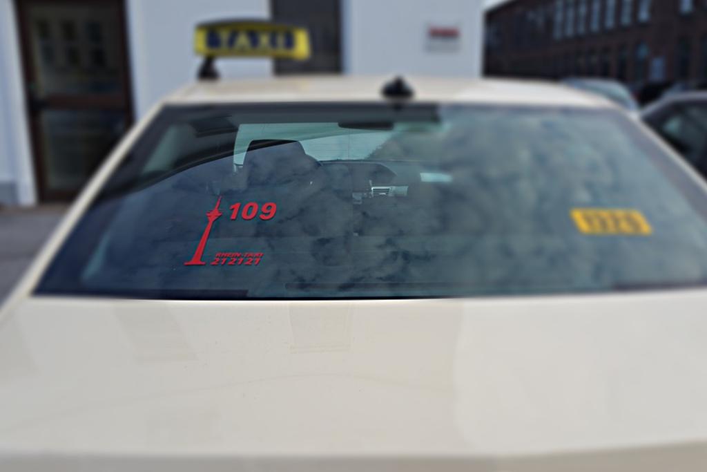 Rhein-Taxi Fahrzeuge mit Funknummer in rot auf der Heckscheibe