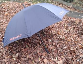 Service Abholung mit Regenschirm